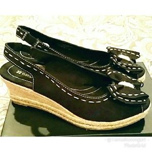 Naturalizer black wedges with center bow 9